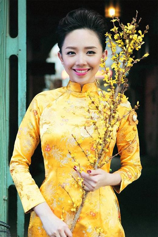 Ngất ngây khoảnh khắc dịu dàng của Tóc Tiên trong tà áo dài