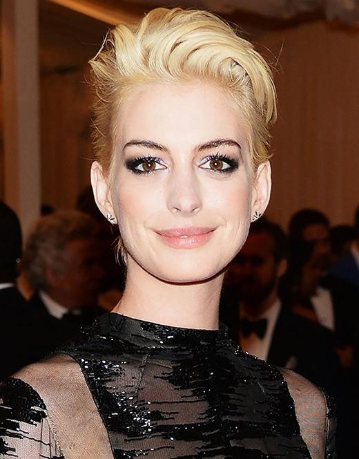 Brad Pitt, Miley Cyrus và loạt sao Hollywood mê mẩn kiểu tóc màu bạch kim