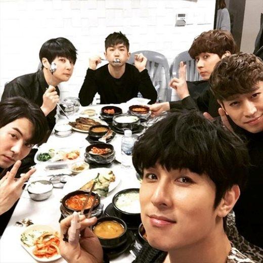 """Minwoo thích thú khoe hình Shinhwa đang vui vẻ thưởng thức bữa ăn chuẩn bị cho sân khấu tiếp theo: """"Shinhwa đang ăn""""."""