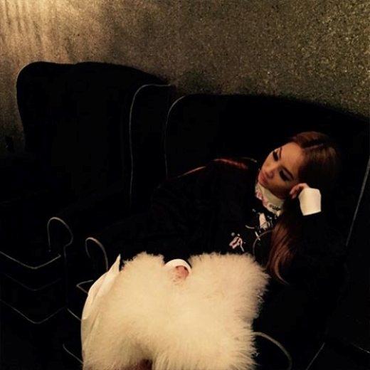 """Dường như CL (2NE1) đang phải đợi """"dài cổ"""" để chờ thu âm với dáng vẻ khá buồn ngủ: """"Giấc ngủ studio""""."""