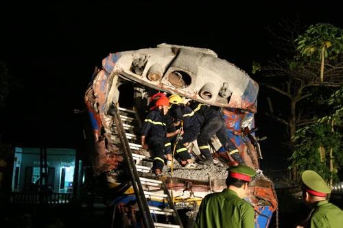 Tai nạn nghiêm trọng: Tàu hỏa đâm đứt đôi ôtô, nhiều toa trật khỏi đường ray