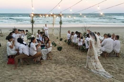 Người đẹp đi chân trần trên cát, rất hợp với khung cảnh thơ mộng và có phần hoang sơ của lễ cưới. - Tin sao Viet - Tin tuc sao Viet - Scandal sao Viet - Tin tuc cua Sao - Tin cua Sao