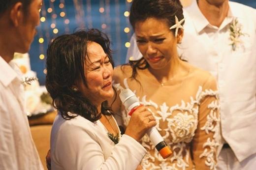 Hai mẹ con Phương Vy không giấu nổi sự xúc động. - Tin sao Viet - Tin tuc sao Viet - Scandal sao Viet - Tin tuc cua Sao - Tin cua Sao