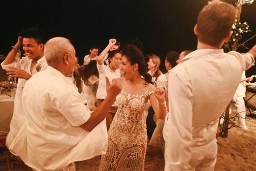 Đây có thể coi là một đám cưới đáng nhớ nhất của showbiz Việt với rất nhiều cung bậc cảm xúc khác nhau. - Tin sao Viet - Tin tuc sao Viet - Scandal sao Viet - Tin tuc cua Sao - Tin cua Sao