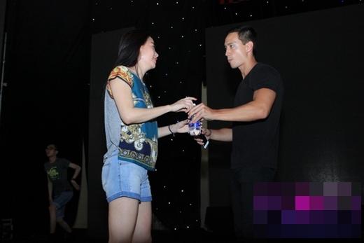 Trong lần tổng duyệt của một chương trình, nam diễn viên còn chu đáo mang nước cho Trương Ngọc Ánh. - Tin sao Viet - Tin tuc sao Viet - Scandal sao Viet - Tin tuc cua Sao - Tin cua Sao