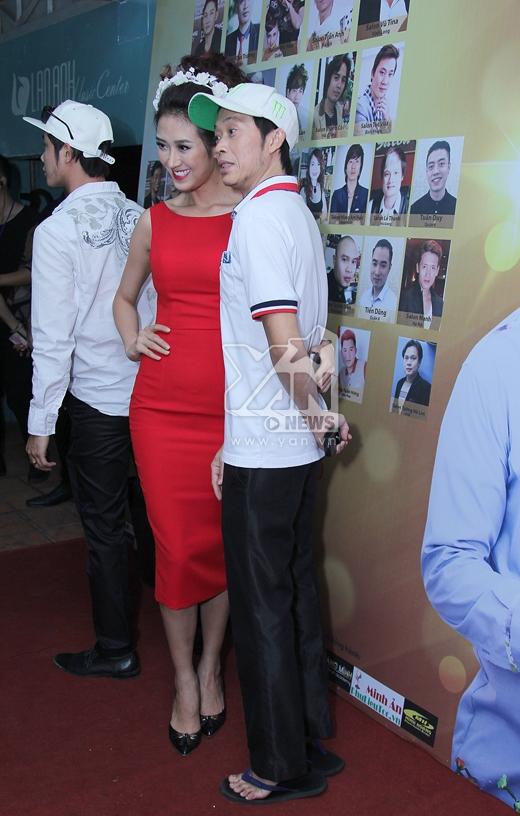 Hoài Linh ăn gian chiều cao khi chụp ảnh cùng các người mẫu trong chương trình. - Tin sao Viet - Tin tuc sao Viet - Scandal sao Viet - Tin tuc cua Sao - Tin cua Sao