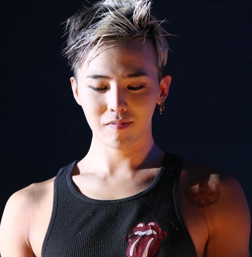 Các fan của G-Dragon cực thích mỗi khi thần tượng diện áo thun ba lỗ vì có thể chiêm ngưỡng xương đòn quyến rũ của an.rưởng nhóm Big Bang.