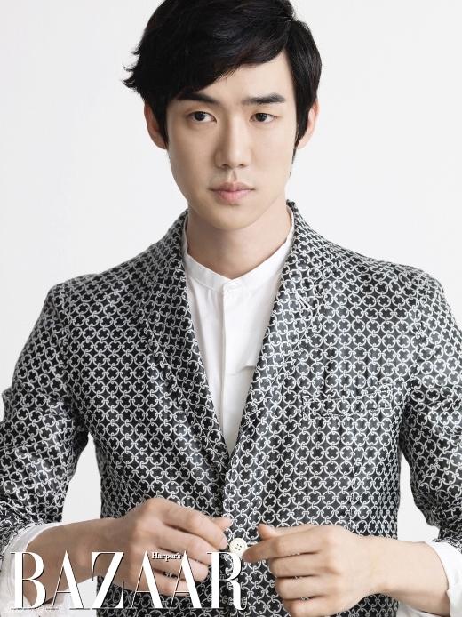 """Không cần biết Yoo Yun Suk trở thành bạn trai sẽ như thế nào nhưng bờ vai rộng, mang đến cảm giác an toàn của nam diễn viên cũng dễ dàng làm """"tan chảy"""" trái tim của khối khán giả nữ."""