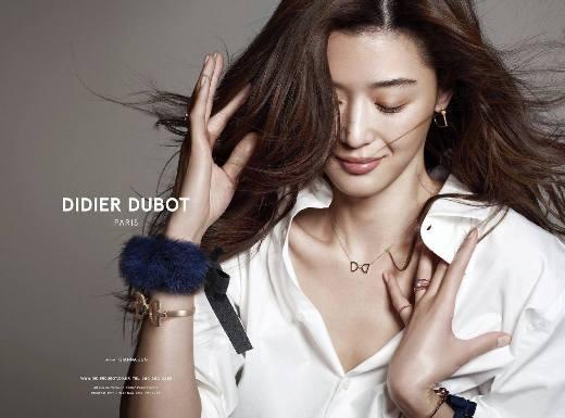 """Jun Ji Hyun được bình chọn danh hiệu Sao nữ sở hữu mái tóc đẹp nhất xứ Hàn, bằng chứng là """"mợ chảnh"""" đã làm người mẫu đại diện cho một hãng dầu gội suốt 11 năm trời."""