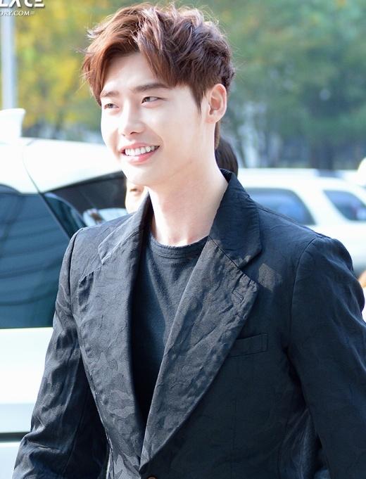 """Còn về khoản da trắng, Lee Jong Suk luôn là cái tên sáng giá cho hạng mục này với làn da """"trắng như tuyết"""", thậm chí còn hơn nhiều bạn diễn nữ của anh chàng."""
