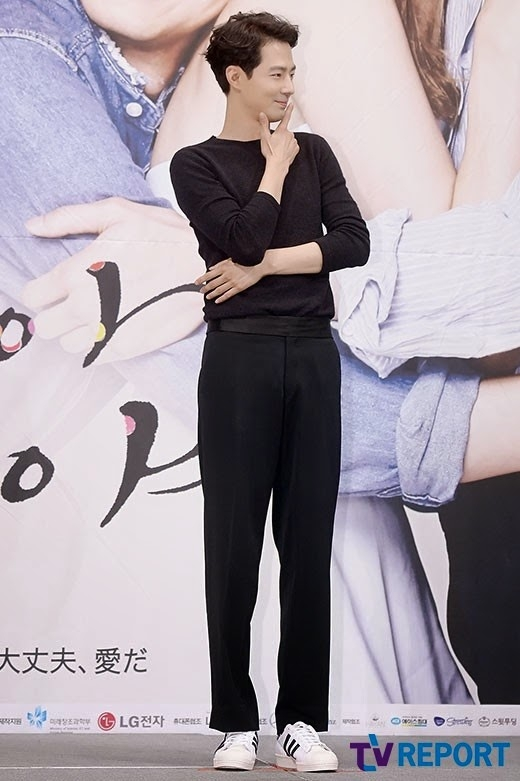 """Sở hữu chiều cao 1m88 và gương mặt lãng tử, Jo In Sung còn khiến khán giả ngất ngây với đôi chân dài """"miên man""""."""