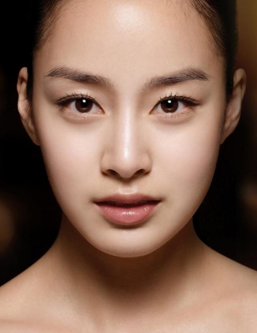 Đôi mắt của Kim Tae Hee được nhận xét là có hồn và rất cuốn hút. Bằng chứng là trong Stairway To Heaven, cô nàng hoàn thành xuất sắc vai phản diện với ánh mắt sắc sảo nổi tiếng làm nên tên tuổi.