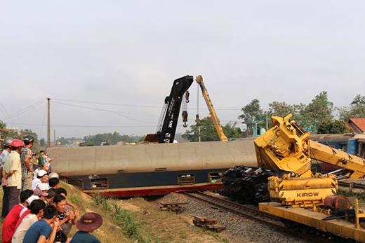 Ngành đường sắt đã điều hàng chục cán bộ, công nhân cùng 2 xe cẩu cứu hộ đường sắt trên 100 tấn từ Đà Nẵng ra giải phóng hiện trường.