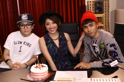 Will (365) và Gil Lê cũng đã rất ga-lăng khi chúc mừng sinh nhật Yumi Dương ngay trong phòng thu Radio 88.8