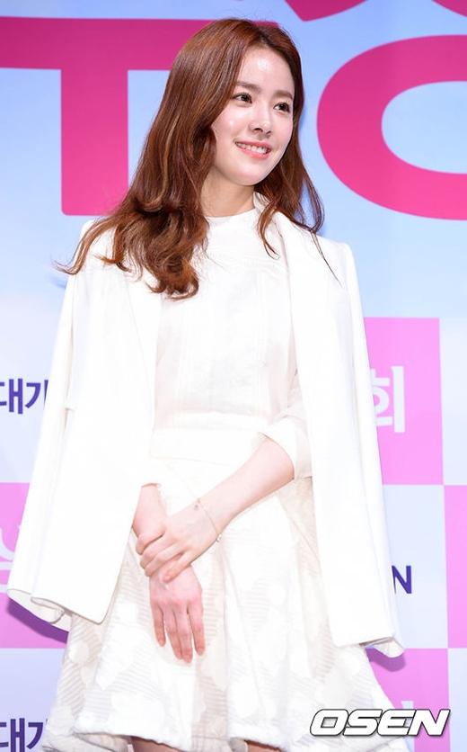 Han Ji Min cực xinh đẹp với đầm trắng trong buổi họp báo
