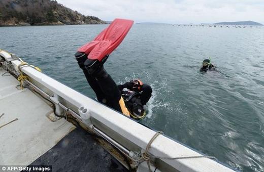 Người đàn ông lặn biển tìm vợ mất tích suốt 4 năm
