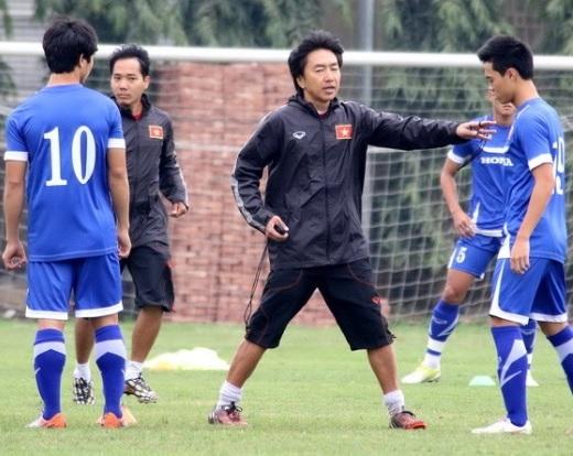 HLV Toshiya Miura sử dùng liệu pháp riêng của mình để giúp học trò có một cái nền thể lực sung mãn hơn  Ảnh: Minh Tú (Bóng Đá)