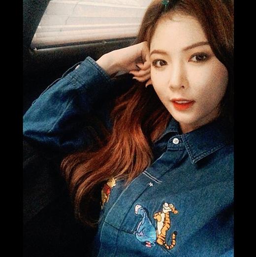 HyunA khoe ảnh tự sướng trên xe tặng fan với gương mặt quyến rũ.