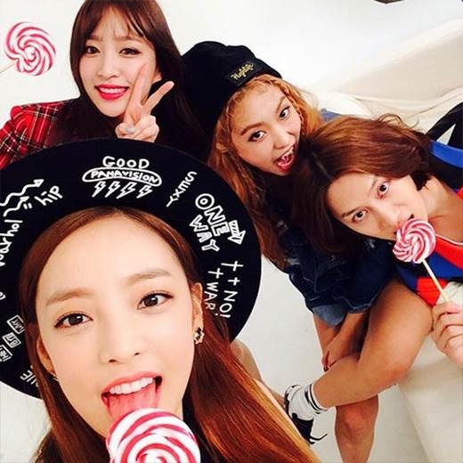 Heechul khoe hình tham gia chương trình mới cùng các đàn em Bora, Hara và Hani (EXID)