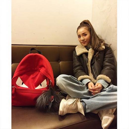 Dara cực trẻ trung với mái tóc cột cao, cô hỏi fan rằng: Mọi người có nhớ tôi không?
