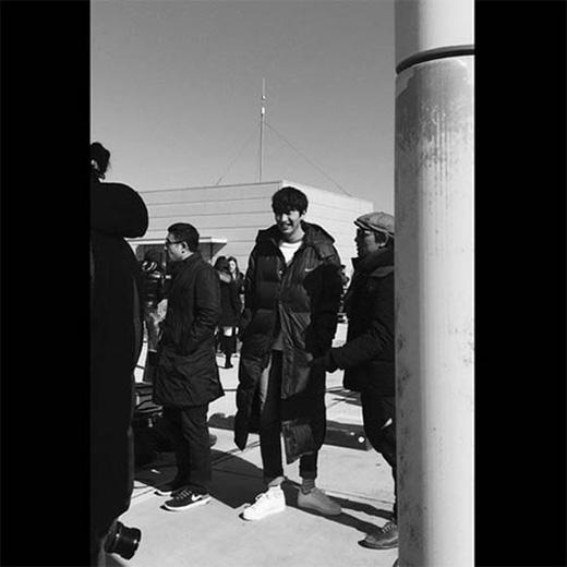 Kwangsoo khoe ảnh trắng đen toàn thân và chia sẻ: Ôi lạnh quá đi.