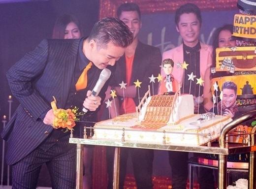 """Đàm Vĩnh Hưng luôn nổi tiếng là một nghệ sĩ có số lượng đồ hàng hiệu """"không đếm xuể"""". Trong ngày sinh nhật 43 tuổi của mình, nam ca sĩ đã được tặng một chiếc bánh kem dát 100 chỉ vàng in hình 100 con rồng. - Tin sao Viet - Tin tuc sao Viet - Scandal sao Viet - Tin tuc cua Sao - Tin cua Sao"""