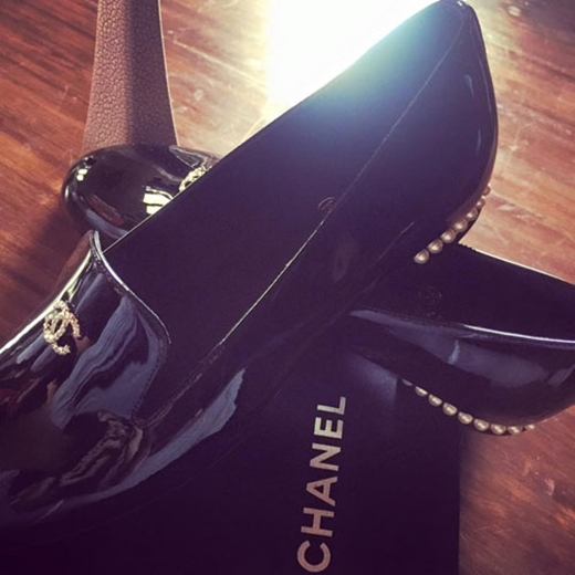 """Mới đây, chân dài của làng mẫu Việt đã được tặng đôi giày mang thương hiệu Chanel sang trọng. Thanh Hằng chia sẻ: """"Quà 8-3 hi hi... Ai nói tặng giày là chia tay.. để song hành cùng nhau ngay cả lúc khó khăn vs vui vẻ thì cần trang bị đầy đủ hành trang cho một chặng đg dài nhỉ'. - Tin sao Viet - Tin tuc sao Viet - Scandal sao Viet - Tin tuc cua Sao - Tin cua Sao"""