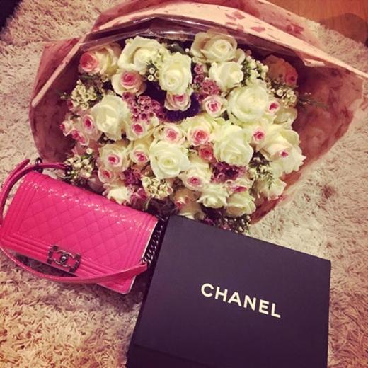 Một người đẹp khác cũng nhận được một món quà mang thương hiệu Chanel vào ngày Quốc tế Phụ nữ chính là Trà Ngọc Hằng. - Tin sao Viet - Tin tuc sao Viet - Scandal sao Viet - Tin tuc cua Sao - Tin cua Sao