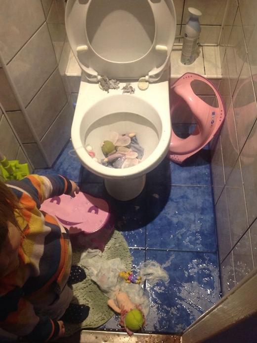 Hoặc nghĩ toilet là thùng rác cute nhất quả đất