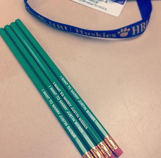 Cách tốt nhất để cho sinh viên biết đây là bút chì của thầy và đừng hòng mà lấy trộm.
