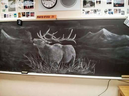 Kiệt tác bằng phấn trắng trên bảng đen.