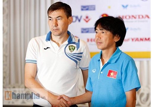 Ông Miura bắt tay HLV Ashurmatov trong cuộc họp báo – Ảnh: Tuấn Hữu