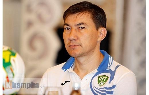 HLV Ashurmatov thể hiện quyết tâm giành chiến thắng trước U23 Việt Nam – Ảnh: Tuấn Hữu