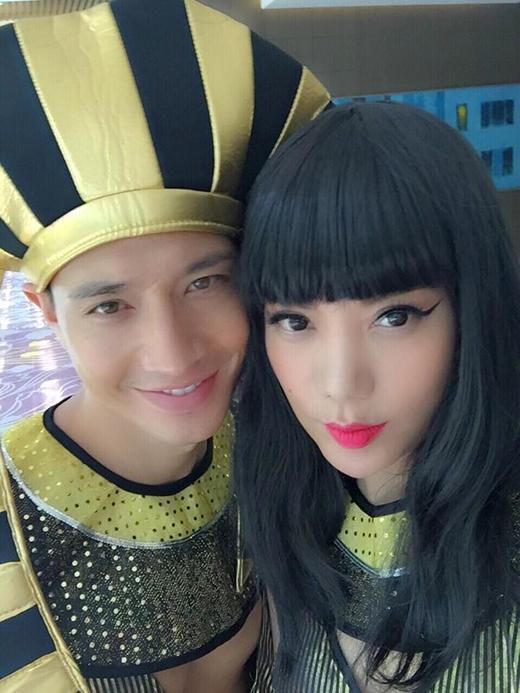 Cặp đôi tin đồn Kim Lý và Trương Ngọc Ánh bất ngờ hóa trang lạ lẫm trong hình tượng Nữ hoàng và Vua Ai Cập cổ. Các fan tỏ ra thích thú với hình ảnh này của cặp đôi và liên tục réo cả 2 cho xem ảnh full toàn thân.