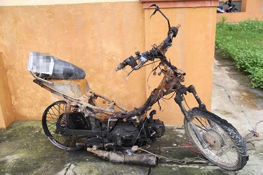 Hình ảnh chiếc xe máy đã bị đốt cháy của hai tên trộm chó.