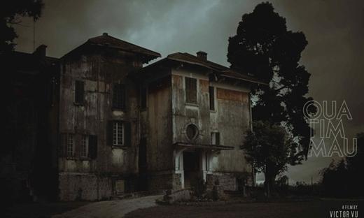 Hai căn nhà trở nên ma quái về đêm.