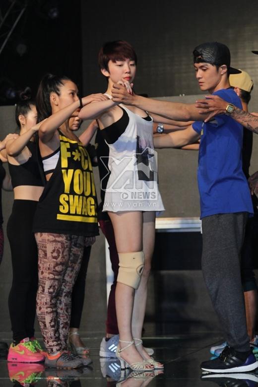 Mặc chấn thương, Tóc Tiên vẫn mạo hiểm nhảy cùng Lâm Vinh Hải - Tin sao Viet - Tin tuc sao Viet - Scandal sao Viet - Tin tuc cua Sao - Tin cua Sao