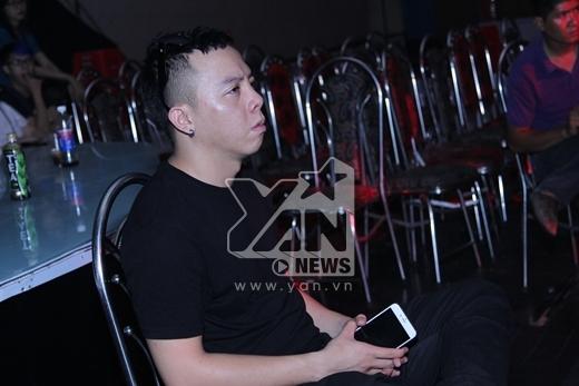 DJ Hoàng Touliver chăm chú ngồi theo dõi tiết mục của Tóc Tiên - Tin sao Viet - Tin tuc sao Viet - Scandal sao Viet - Tin tuc cua Sao - Tin cua Sao
