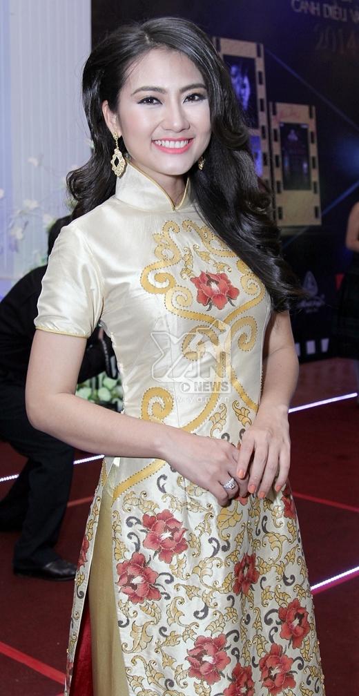 Ngọc Lan thướt tha trong tà áo dài truyền thống - Tin sao Viet - Tin tuc sao Viet - Scandal sao Viet - Tin tuc cua Sao - Tin cua Sao