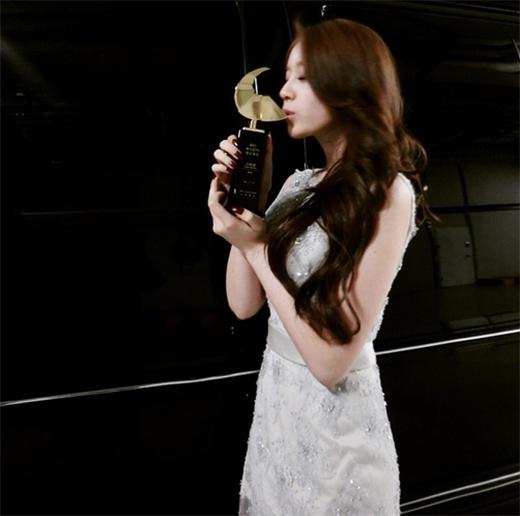 Jiyeon (T-ara) hạnh phúc nhận giải vẫn không quên khoe và cảm ơn fan: Giải ngôi sao Hallyu. Cám ơn các bạn Queen đã luôn ủng hộ. Mình sẽ cố gắng hơn nữa trong tương lai.
