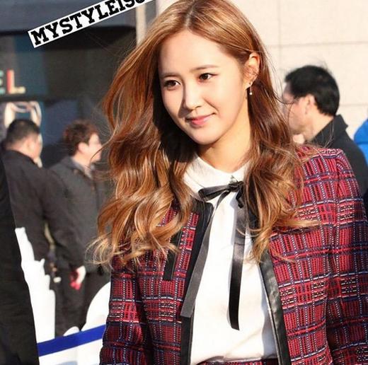 Yuri (SNSD) vẫn chưa hết háo hức khi được tham gia sự kiện khai trương con đường K-Star hôm qua, cô nàng thích thú khoe ảnh fan chụp: Mình lưu hình rồi. Cám ơn nhé!