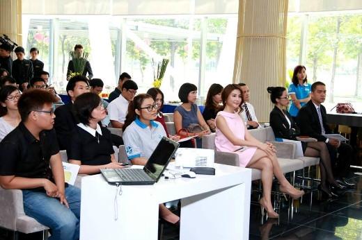 Buổi họp báo sự kiện đua xích lô từ thiện diễn ra tại Celadon City với sự tham dự của các nhà tài trợ chính, người mẫu Diễm My và các phóng viên báo đài