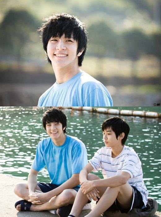 Thunder (MBLAQ) từng khiến người xem ngỡ ngàng khi bất ngờ làm cameo trong phim Padam Padam. Nam thần tượng vào vai Kang Woo – người anh đã qua đời của nam chính, xuất hiện trong dòng hồi tưởng ký ức đẹp đẽ bên bờ biển thời bé cùng em trai.