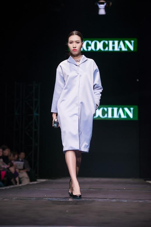 Các thiết kế chủ yếu xoay quanh phom dáng rộng, suông ở váy liền thân, áo khoác dáng dài.