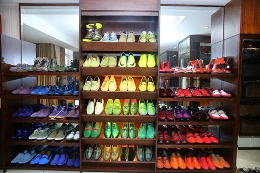 Mr Đàm còn phân chia giày theo từng màu sắc, kiểu dáng để có thể dễ dàng chọn lựa. - Tin sao Viet - Tin tuc sao Viet - Scandal sao Viet - Tin tuc cua Sao - Tin cua Sao