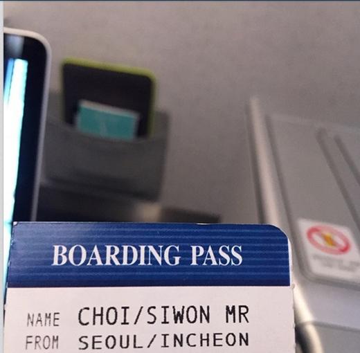 Siwon khoe vé máy bay và nói rằng: Đang chuẩn bị đi đâu đó đây, hãy tìm tôi nhé