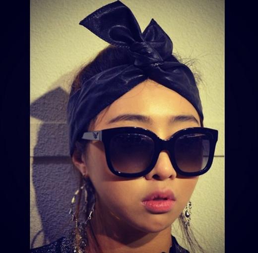 Minzy đăng tải hình ảnh cá tính trong một mẩu quảng cáo mà cô tham gia