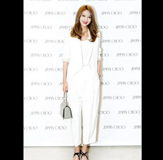 Sooyoung khoe hình tham dự sự kiện thời trang Jimmy Choo và chia sẻ sự yêu thích của cô với những phụ kiện này.