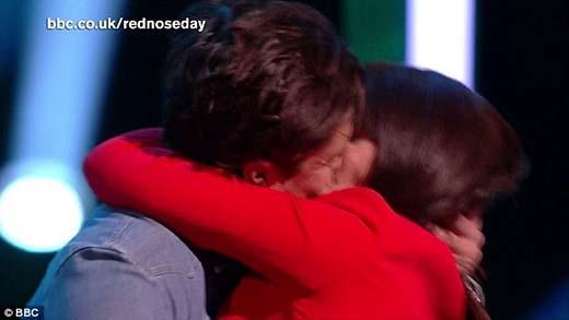 Chồng cũ Miranda Kerr khóa môi thắm thiết nam diễn viên hài