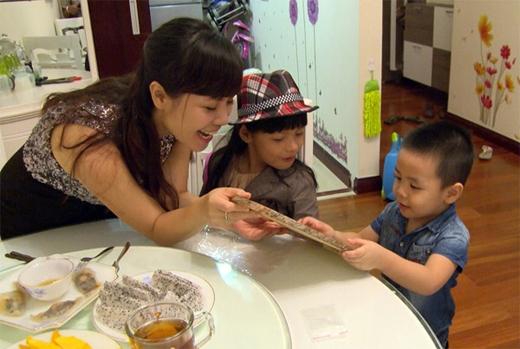 Vợ MC Phan Anh bằng tuổi anh (sinh năm 1981), hiện đang làm việc trong lĩnh vực ngân hàng. Dù có 3 con nhưng cô vẫn trẻ trung và xinh đẹp. - Tin sao Viet - Tin tuc sao Viet - Scandal sao Viet - Tin tuc cua Sao - Tin cua Sao